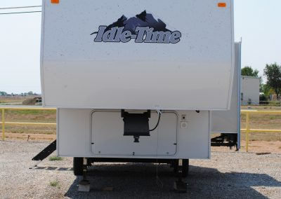 Exterior front view. Idle-time logo. Fifth wheel hitch.